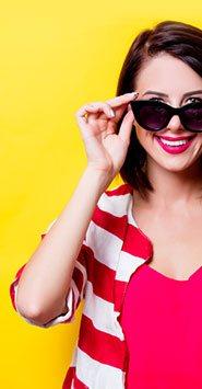 Visuel représentant une femme portant des lunettes de soleil